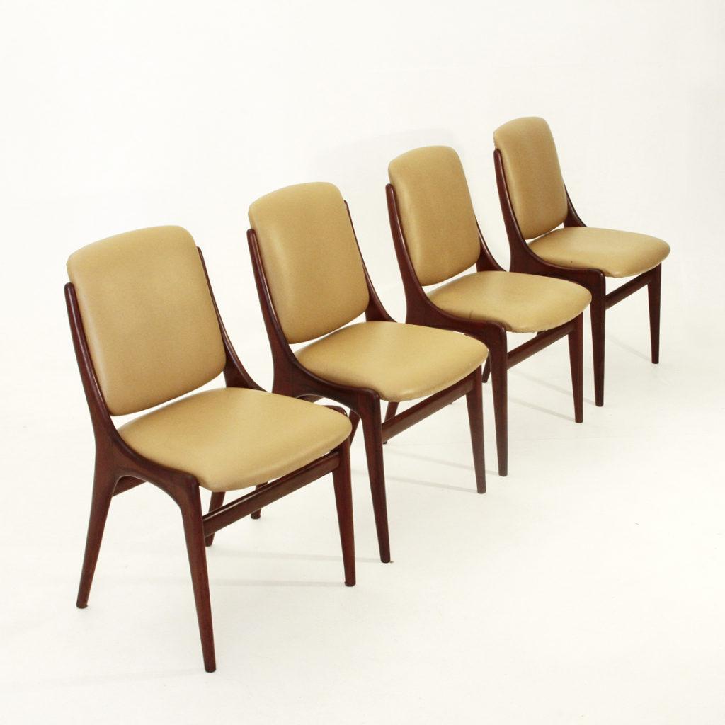 Quattro sedie in finta pelle uso interno for Poltrone finta pelle