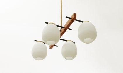 Lampada a quattro luci con diffusori in vetro opalino anni '50, chandelier, vintage, mid century modern italian design, stilnovo, 50's