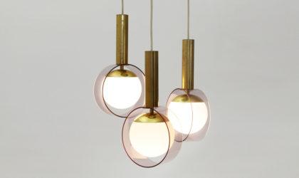 Lampadario con tre diffusori in vetro opalino Stilux anni '60, italian pendant lamp, design, 60s, brass, chandelier, stilnovo, arteluce, arredoluce