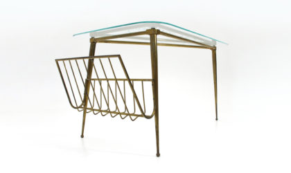 Tavolino triangolare in ottone e vetro con portariviste anni '50, mid century coffee table, vintage, 50s, italian modern design, cesare lacca, paolo buffa