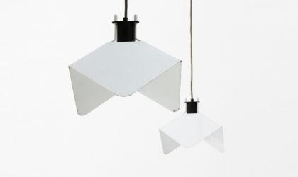 Coppia di Lampadari Triedro di Joe Colombo per Stilnovo anni '70, white pendant lamp, italian design, mid century modern, 70s