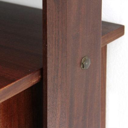Libreria a parete con montanti in legno uso interno - Parete interna in legno ...