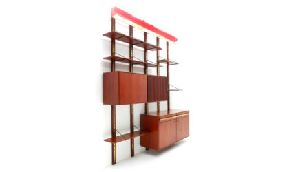 Grossa libreria con lampada in metallo rosso anni '50, wall unit, 50s, mid-century modern, franco albini, bbpr, poggi, gio ponti
