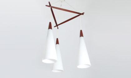 Lampada con tre pendenti in vetro opalino e teak anni '50, pendant lamp, nordic design, mid-century modern, 50s, opaline glass