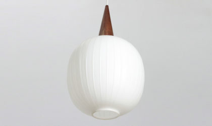 Lampadario in teak e vetro opalino anni 60, pendant lamp, italian design, mid-century modern, 60s, opaline glass, stilnovo