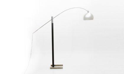 lampada da terra con diffusore in metallo cromato anni 70, floor lamp, chromed, italian design, mid-century modern, 70s, reggiani, arredoluce